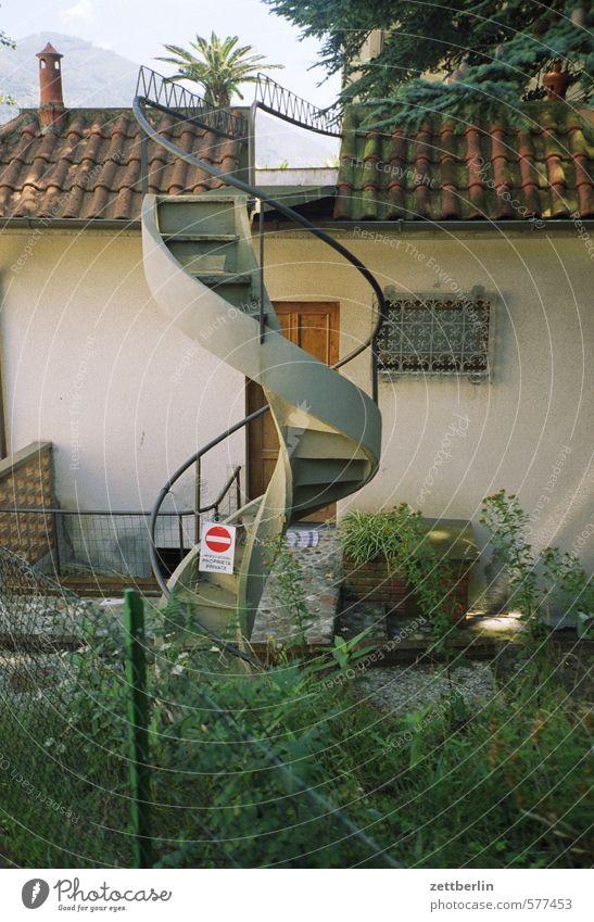 Wendeltreppe Haus Fassade Häusliches Leben Wohnhaus Treppe außentreppe Wand Dach Spirale aufgehen aufsteigen Abstieg Niveau Garten Vorgarten Fenster Italien