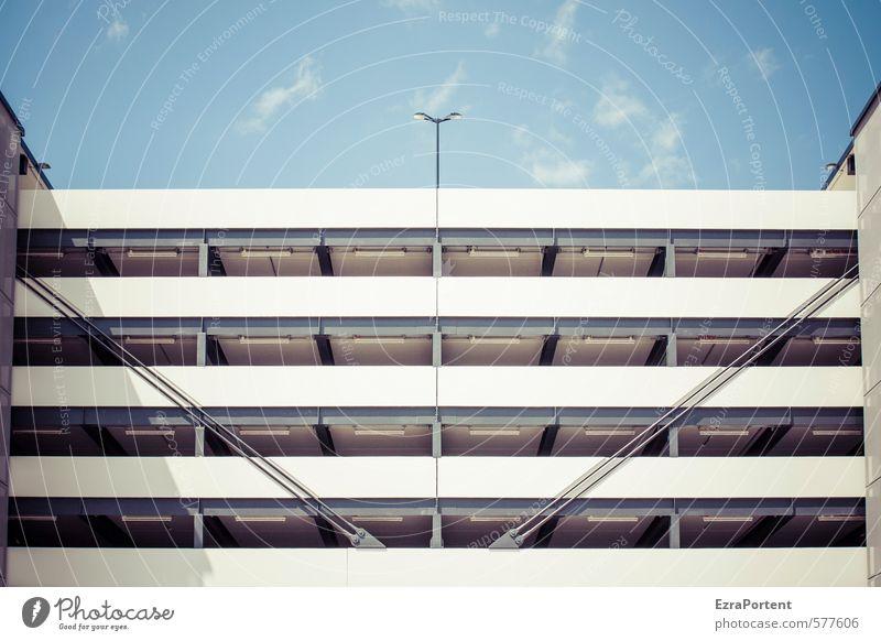 Spiegelungen | irgendwie Himmel blau weiß Wolken Haus Wand Gebäude Mauer Architektur Beleuchtung Lampe Linie Fassade Ordnung Beton Laterne