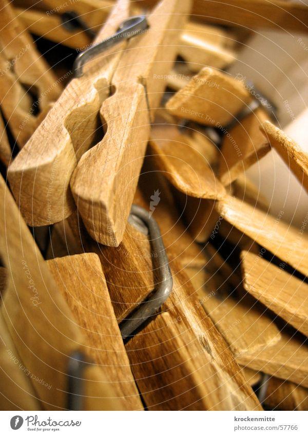 Hausmänner Alltag Wäscheklammern Holz Haushalt aufhängen Anhäufung festhalten