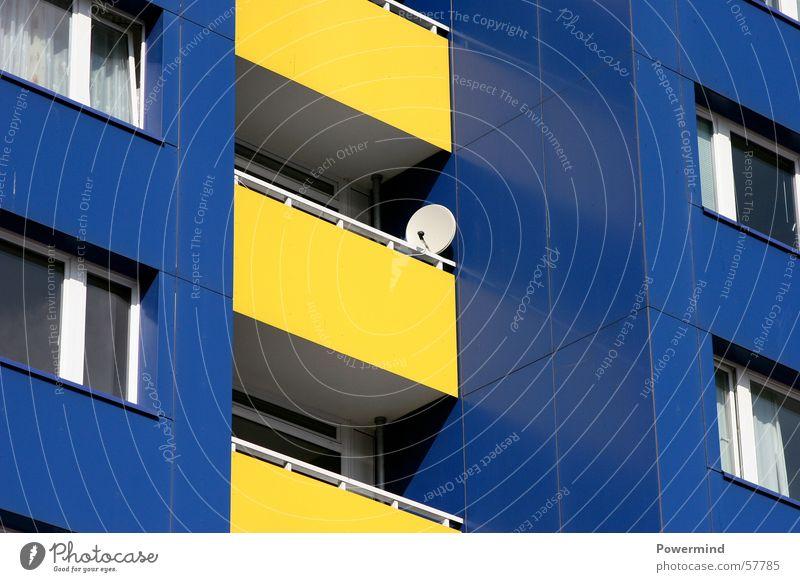 IKEAliving blau Haus gelb kalt Fenster Wohnung klein Fernsehen Balkon Antenne Begrüßung Mieter Plattenbau gerade Besitz Satellitenantenne