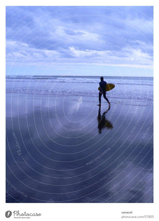 surfer's paradise Surfer Strand Meer Wolken Himmel Surfen Stimmung Spiegel Reflexion & Spiegelung Horizont Sport kalt Ferne Fernweh ruhig Leidenschaft Sturm