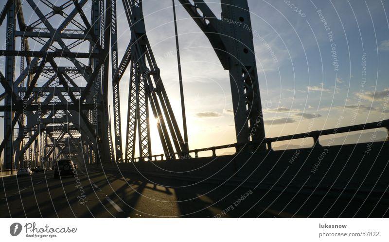 BayBridge San Francisco Träger Stahl Fachwerkfassade Autobahn Geschwindigkeit Gegenlicht Physik Sonnenuntergang Wolken Verkehr Brücke Straße PKW Kontrast Wärme