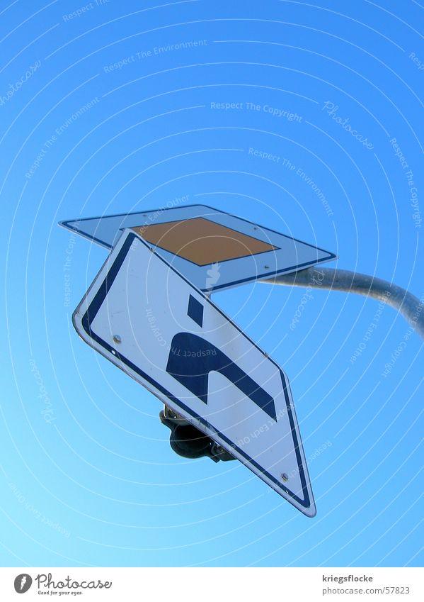 mainstream - turn right Himmel blau Straße Schilder & Markierungen Verkehr Zeichen rechts Verkehrsschild himmelblau Straßennamenschild abbiegen aufeinander