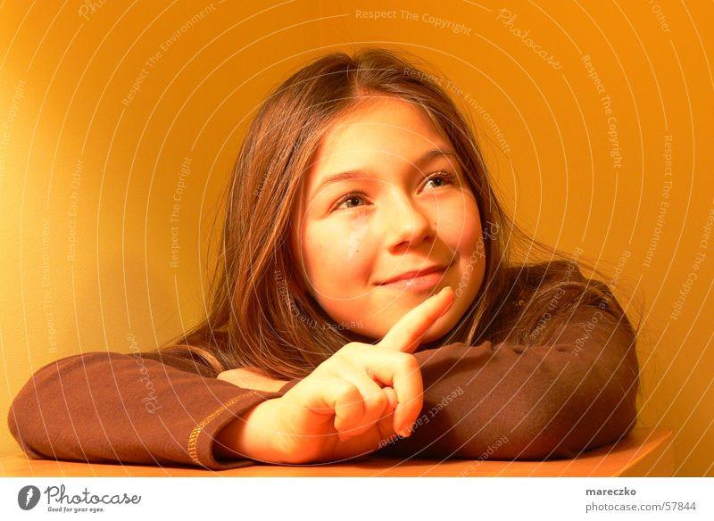 Zeig wo du guckst Frau Mensch Kind Mädchen Gesicht Auge lachen orange Finger zeigen Begeisterung gestikulieren