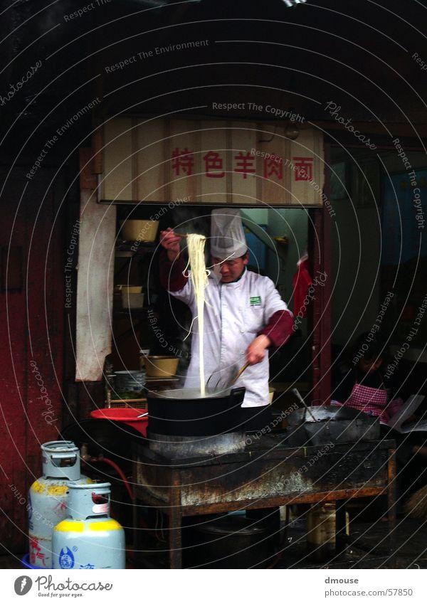Nudelkoch China Koch Chinesisch Nudeln lang Spaghetti heiß kochen & garen Shanghai Hinterhof Ernährung Fernweh Außenaufnahme Gasse Küche Appetit & Hunger