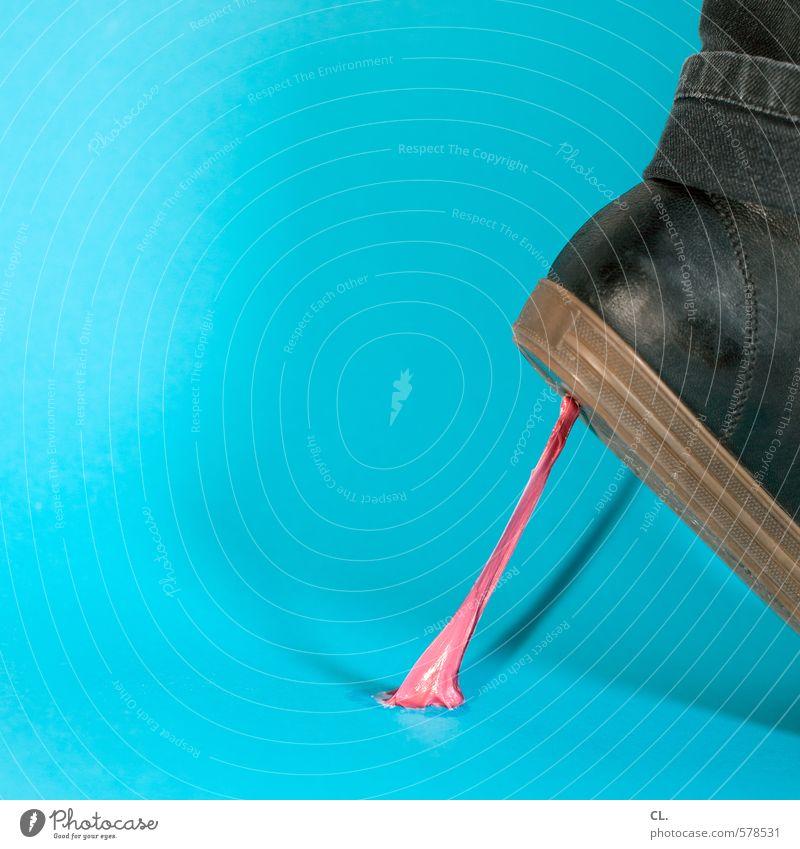 zieht sich Mensch blau Farbe gehen rosa Schuhe Süßwaren stagnierend Ekel ziehen kleben Missgeschick Kaugummi fixieren Klebrig Pechvogel