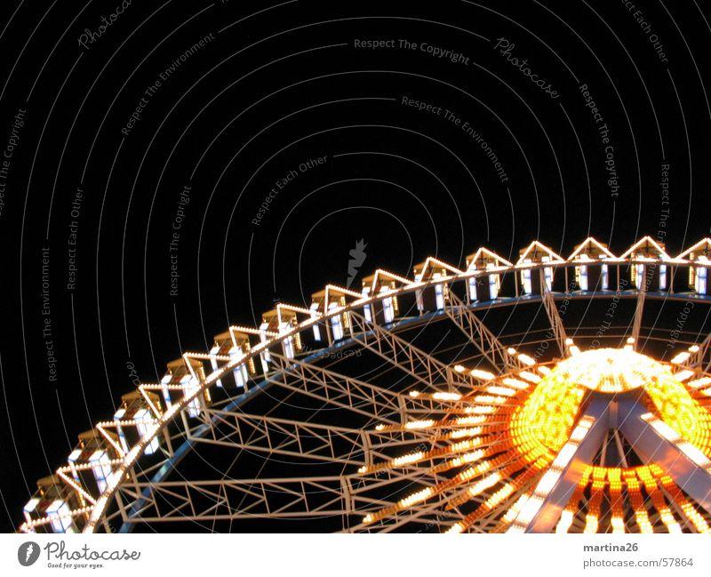 Schonschleudern Riesenrad Jahrmarkt Licht Nacht gelb rot Freizeit & Hobby Fahrgeschäfte Freude Außenaufnahme Fairness Illumination Karussell Neonlicht