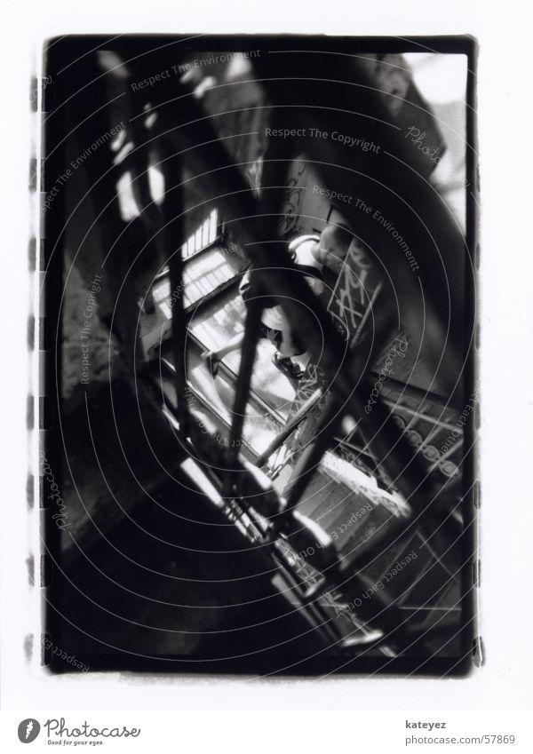 Treppenhaus im Tacheles Mann hochlaufen Haus alt Verfall schädlich Sonne Voyeurismus Am Rand tacheles Flucht Geländer Schwarzweißfoto verstecken schäbig Mensch