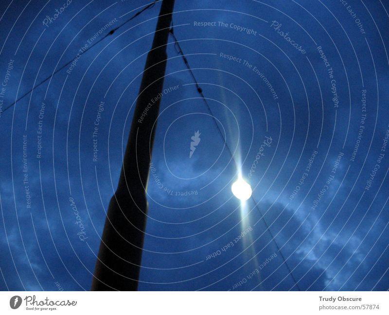 two blue lights Wolken schlechtes Wetter dunkel Nacht spät Licht hell-blau Laterne Lampe Straßenbeleuchtung schwarz weiß Erde Himmel Abend Strommast Kabel