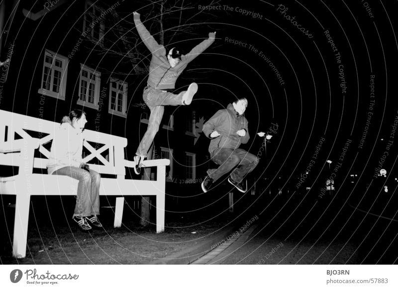 Langeweile in GT Junge Unsinn springen hüpfen Macht Mädchen Stunt fliegen Bank groß sitzen Freude
