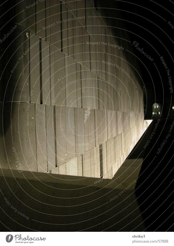 Lichtgraben Ecke Gebäude Fassade Nacht dunkel Steinplatten Geländer Wand modern eckig Kontrast Klarheit strenge form Stadt Architektur
