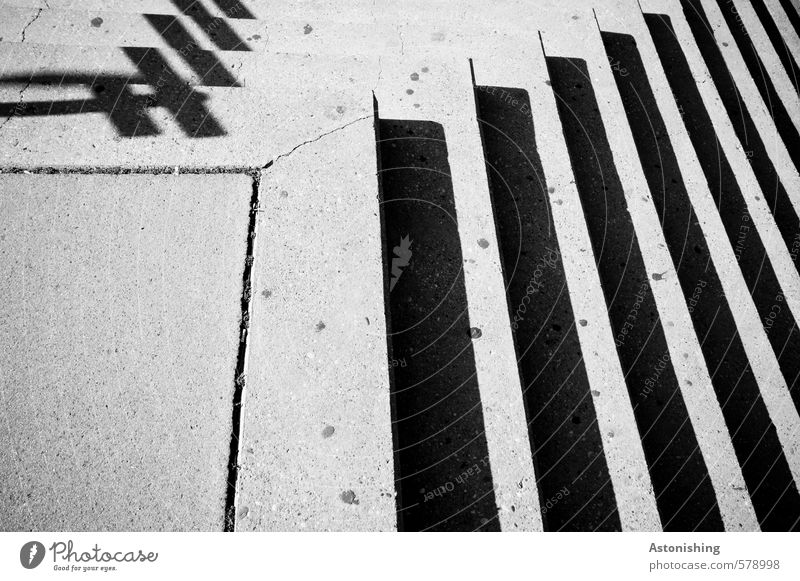 Treppen Sonne Platz Architektur Wege & Pfade Beton grau schwarz Ecke hart eckig gehen Bürgersteig Fuge Linie Strukturen & Formen Schwarzweißfoto Außenaufnahme