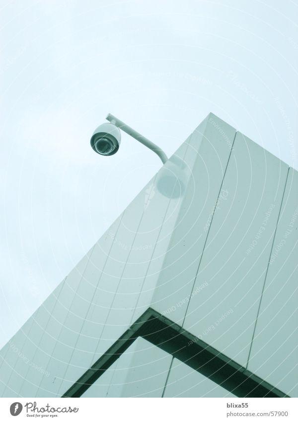 Überwachung Fassade Sicherheit modern Sauberkeit Fotokamera obskur Glätte flach reduzieren Absicherung überblicken lackiert Überwachungsstaat