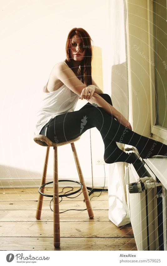 300 - Aussitzen mit Svenja Jugendliche schön Junge Frau 18-30 Jahre Erwachsene Fenster feminin Beine Arme sitzen ästhetisch Kommunizieren Coolness einzigartig dünn sportlich