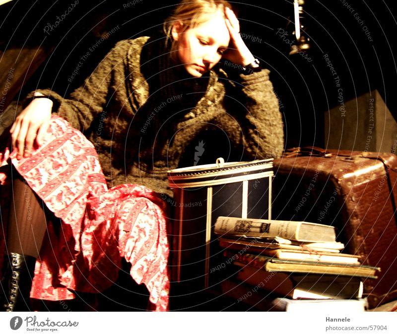 sitting waiting wishing Einsamkeit Frau Koffer Buch Nostalgie Dachboden langeweiele mödchen alt Kontrast altmodisch