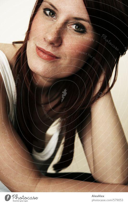 Frau Fuchs feminin Junge Frau Jugendliche Kopf Auge Lippen Arme Sommersprossen 18-30 Jahre Erwachsene Hemd rothaarig langhaarig glänzend Kommunizieren Lächeln