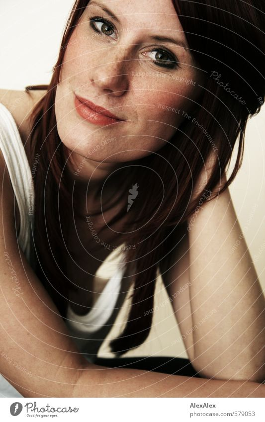 Portrait einer jungen, sommersprossige Frau feminin Junge Frau Jugendliche Kopf Auge Lippen Arme Sommersprossen 18-30 Jahre Erwachsene Hemd rothaarig langhaarig