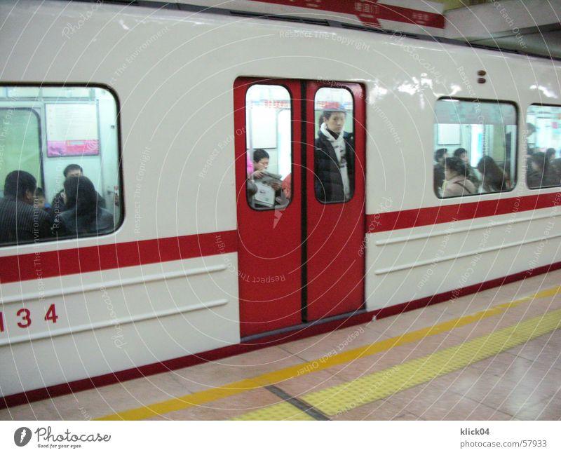 line 1 beijing U-Bahn rot weiß Eisenbahn London Underground Chinese Fenster Bahnsteig Innenaufnahme Verkehrsmittel Verkehrswege Asiate Tür warten Station