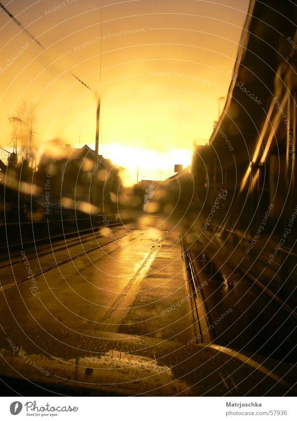 Verregneter Sonnenuntergang Regen Gleise Windschutzscheibe Scheibenwischer Industriegelände Fabrik Licht Stimmung Straße PKW Brücke Schatten orange Wege & Pfade