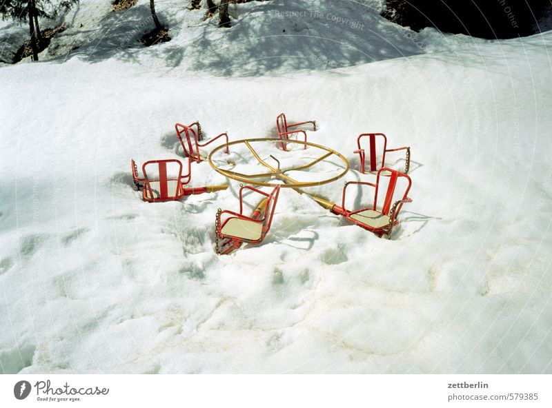 Winter Karussell Spielen Spielplatz Schnee Schneefall Winterurlaub Schneedecke Eiskristall Winterwald Schneelandschaft winterfest Spuren Schneespur