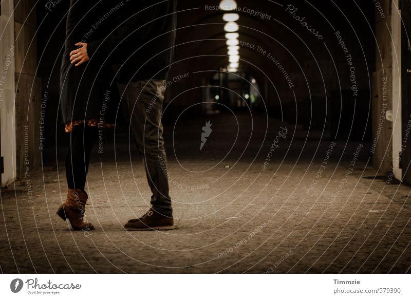train station-love Stil Glück Nachtleben Flirten Junge Frau Jugendliche Junger Mann Beine 2 Mensch 18-30 Jahre Erwachsene Mode Rock Stiefel Liebe Umarmen retro