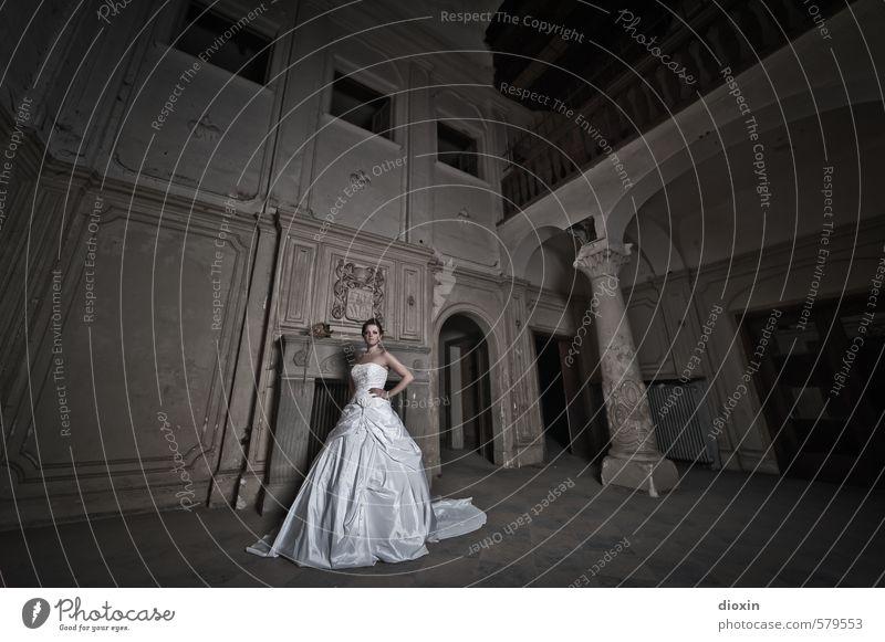 Trash The Dress [1] Mensch feminin Junge Frau Jugendliche Erwachsene 18-30 Jahre Haus Burg oder Schloss Ruine Gebäude Villa Schalterhalle Säule stehen