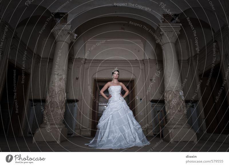 Trash The Dress [2] Mensch feminin Junge Frau Jugendliche Erwachsene 1 18-30 Jahre Haus Burg oder Schloss Ruine Gebäude Villa Schalterhalle Säule stehen dunkel