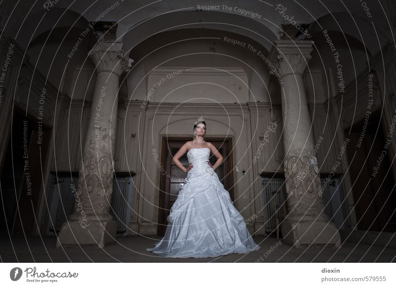 Trash The Dress [2] Mensch Frau Jugendliche schön Junge Frau Haus 18-30 Jahre dunkel Erwachsene feminin Gebäude stehen Hochzeit historisch Burg oder Schloss