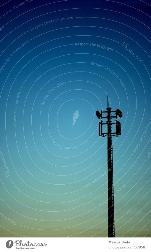 hallo? Ist da jemand? Himmel Turm Strommast Antenne Begrüßung Hallo Datenübertragung Farbverlauf UMTS GSM