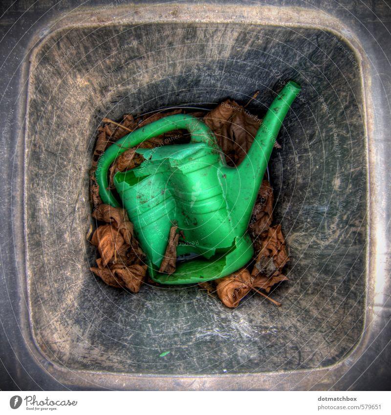 ausgemustert alt grün Wasser Blatt schwarz grau Garten dreckig kaputt Vergänglichkeit Kunststoff Verfall Handel Zerstörung Gießkanne
