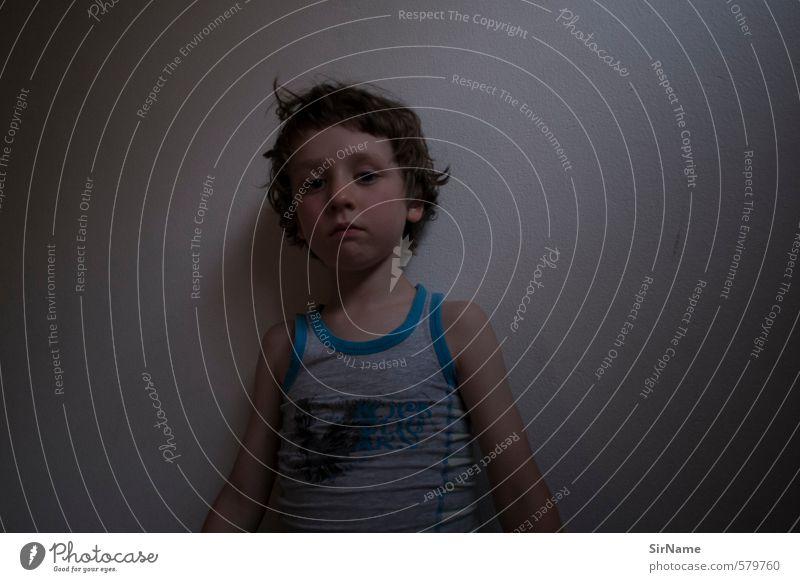 249 [Abendstimmung] Kind Junge 1 Mensch 3-8 Jahre Kindheit Unterwäsche leuchten Blick Häusliches Leben authentisch einfach schön klein nah natürlich