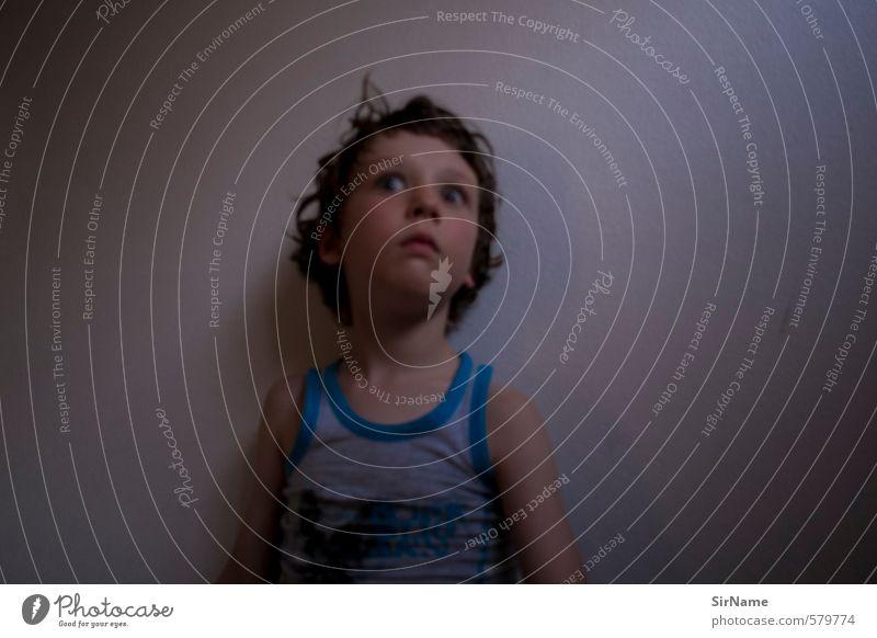 250 [leicht irre] Kinderspiel Sommer Häusliches Leben Feierabend Junge Kindheit 1 Mensch 3-8 Jahre Schauspieler Mauer Wand T-Shirt Unterwäsche Locken beobachten