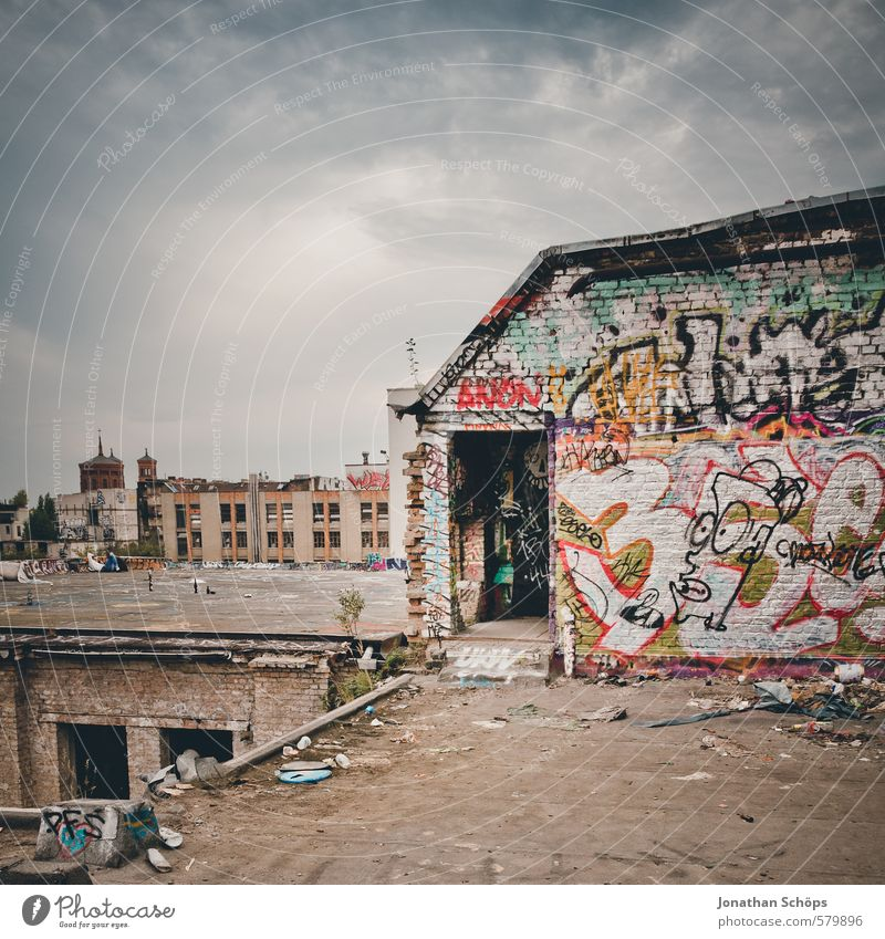 Eisfabrik II alt Stadt Haus Graffiti Gebäude Architektur Berlin Stadtleben Dach Turm Kultur verfallen Fabrik Bauwerk Skyline chaotisch