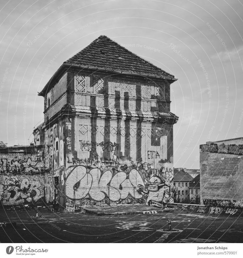 Eisfabrik I alt Stadt Haus Graffiti Gebäude Architektur Berlin Stadtleben Dach Turm Kultur verfallen Fabrik Bauwerk chaotisch Ruine