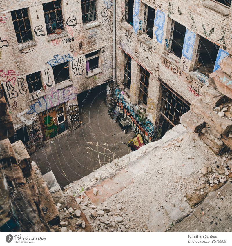 Eisfabrik III alt Stadt Haus Fenster Graffiti Gebäude Architektur Berlin Fassade Stadtleben Kultur Innerhalb (Position) verfallen Fabrik Bauwerk chaotisch