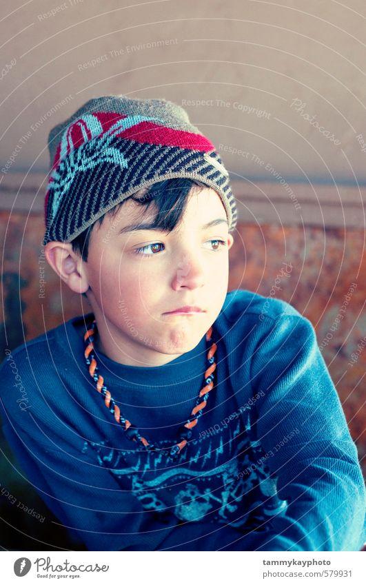 Süßer Junge mit Hut sieht traurig aus. Kind Jugendliche 1 Mensch 3-8 Jahre Kindheit Mode Blick Traurigkeit niedlich blau Stimmung Sorge Trauer Reue deprimiert