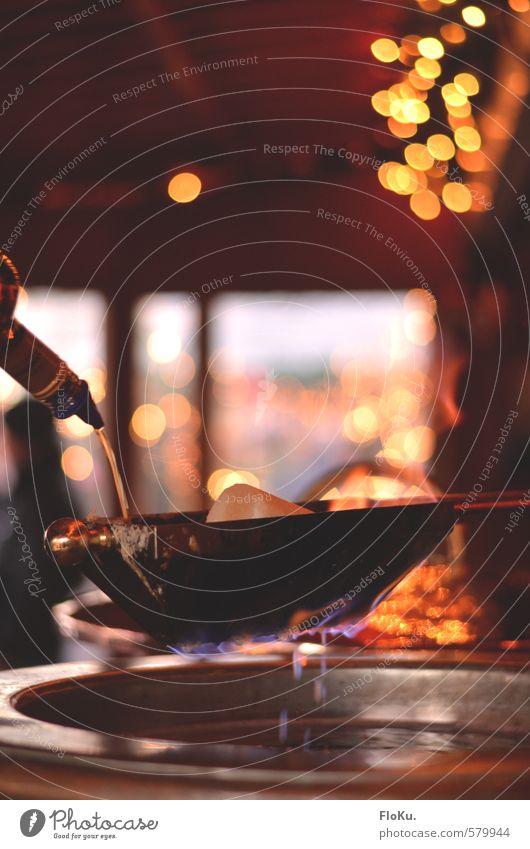 And it burns, burns, burns ... Weihnachten & Advent Winter Lebensmittel Getränk Feuer trinken heiß Veranstaltung Bar Flüssigkeit Alkohol Zucker gießen Lichterkette Weihnachtsmarkt Spirituosen