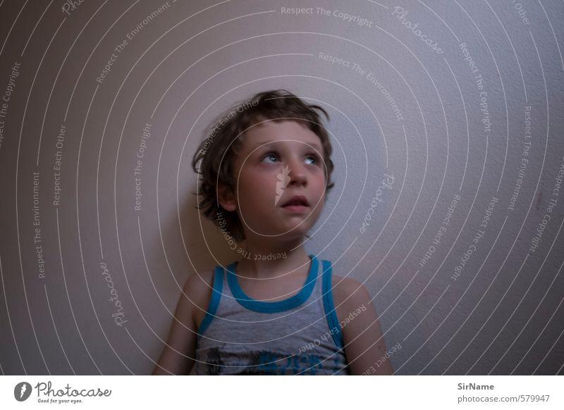 257 [Hoffnung] Krankheit Raum Kinderzimmer Junge Kindheit Leben 1 Mensch 3-8 Jahre T-Shirt brünett Denken Blick warten dunkel authentisch einfach schön Neugier