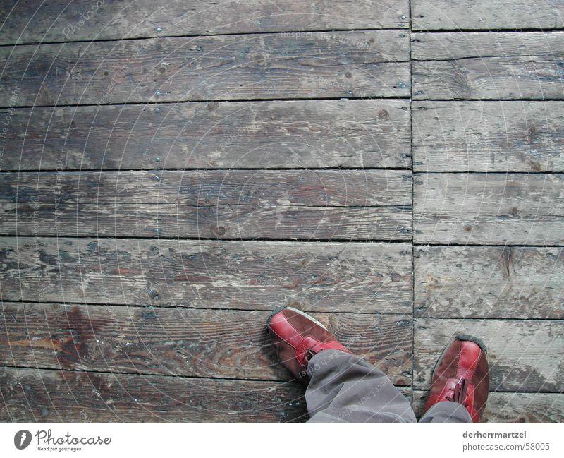 mach den weg frei Holz Schuhe gehen laufen stehen Bodenbelag Flur Turnschuh Schiffsplanken