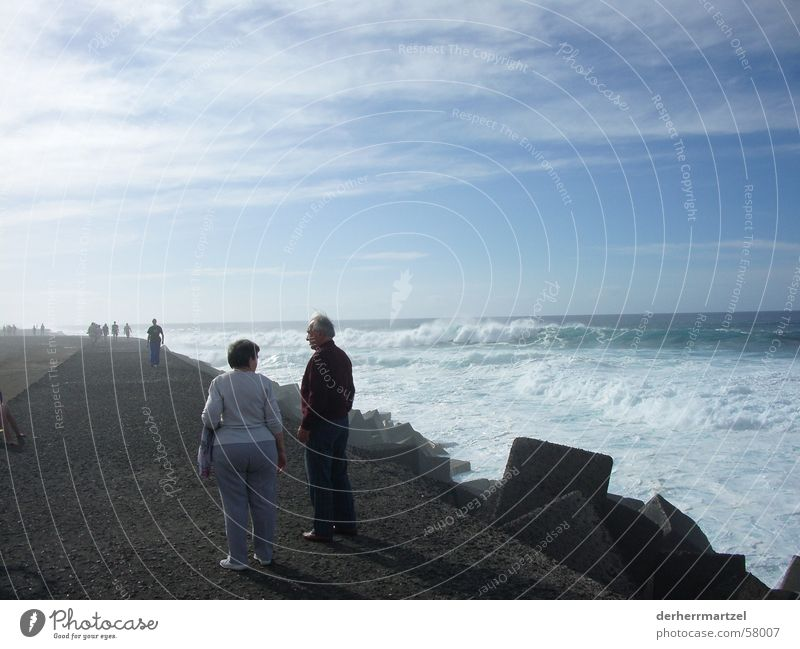 jardim maritim 2 Anlegestelle Deich Meer See Gischt Brandung Wellen Wellengang Sturm Beton Aussichtsturm Spaziergang Teneriffa Puerto de la Cruz Küste Wind böe