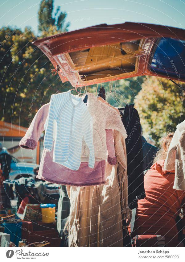 gebrauchte Kleidung hängt an Auto auf dem Flohmarkt Lifestyle Stil Mode Bekleidung T-Shirt Hemd Pullover Jacke Mantel Stoff trendy einzigartig verkaufen