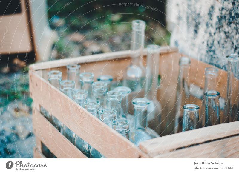 Flaschenansammlung II Verpackung Glas ästhetisch Flaschenhals Vase Behälter u. Gefäße Glasflasche Glaser verkaufen Flohmarkt Flohmarktstand blau durchsichtig