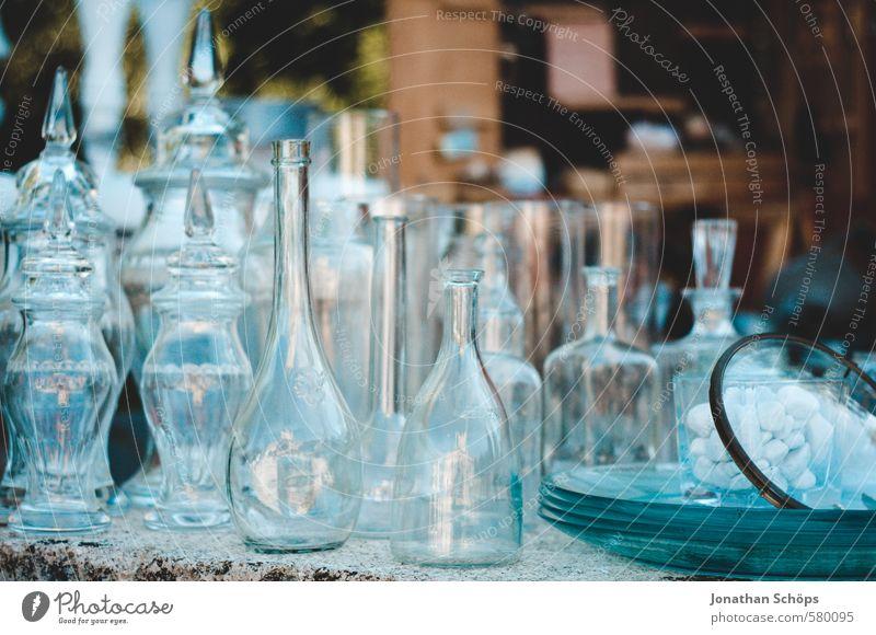 Flaschenansammlung I Verpackung Glas ästhetisch Flaschenhals Vase Behälter u. Gefäße Glasflasche Glaser verkaufen Flohmarkt Flohmarktstand blau durchsichtig