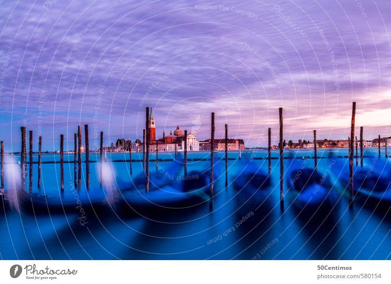 Gondel im Meer in Venedig zur Abenddämmerung Tourismus Ausflug Ferne Sommerurlaub Wasser Wolken Sonnenaufgang Sonnenuntergang Klima Stadt Stadtrand