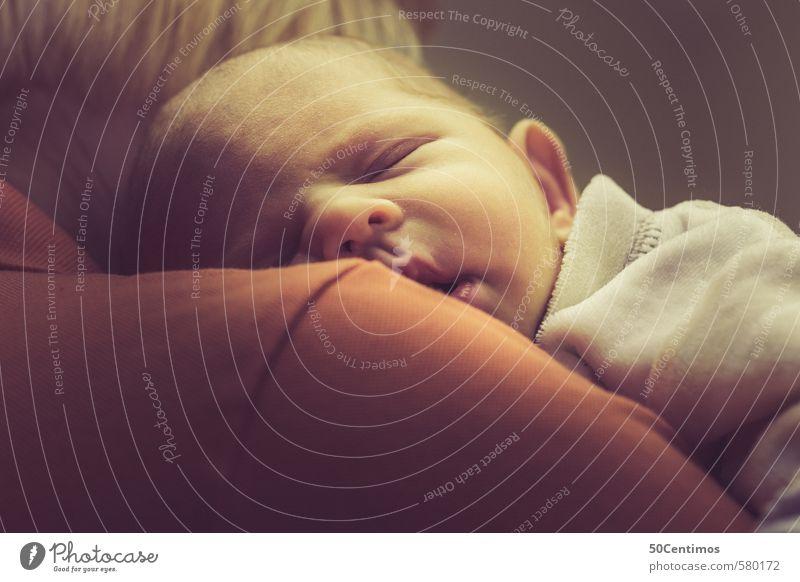 Schlafendes Baby auf der Schulter Frau Erwachsene Mutter 1 Mensch 2 0-12 Monate schlafen träumen schön gelb orange rot Schwäche Farbfoto Studioaufnahme