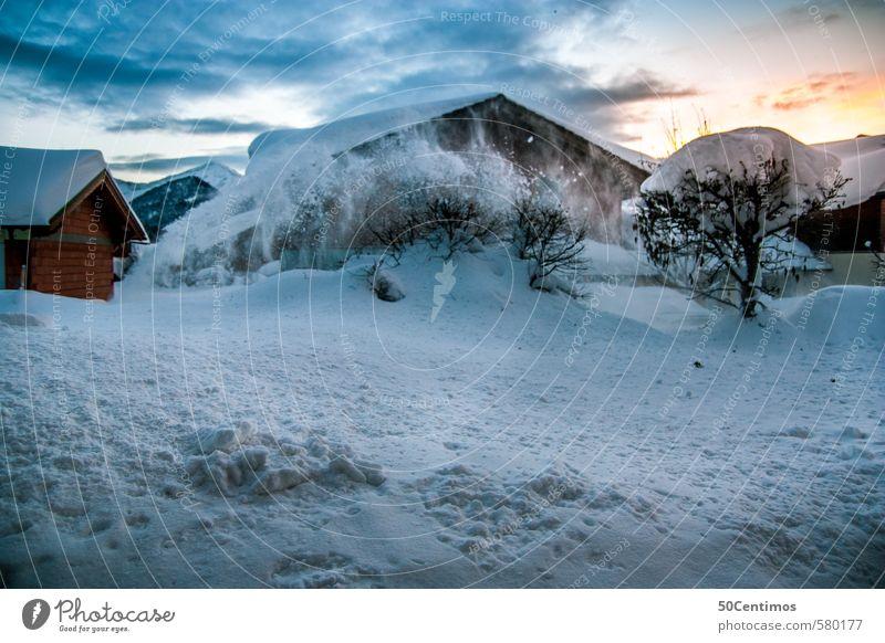 Winterlandschaft, Schneebedeckte Häuser in Abenddämmerung Tourismus Ferne Winterurlaub Berge u. Gebirge Landschaft Himmel Sonnenaufgang Sonnenuntergang Sturm