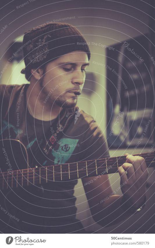 Grunge looking boy playing guitar Mensch Jugendliche schön 18-30 Jahre gelb Erwachsene Traurigkeit Bewegung Spielen träumen maskulin Körper Musik frei einfach