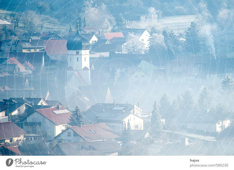 Dorf im Nebel Natur blau weiß Landschaft Haus Winter grau Deutschland Wetter Kirche Frost Jahreszeiten feucht mystisch