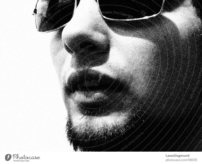 portugisischer Lokomitvführer mit Sonnenbrille schwarz weiß Sommer florian Schwarzweißfoto Nase Gesicht Korn körnung