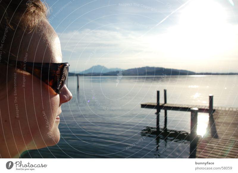 sonnenschutz Frau blau Wasser Sonne ruhig See Aussicht genießen Steg Sonnenbrille Zugersee